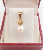 Used 18k Solid Gold Heart Pendant and Pearl in Dubai, UAE