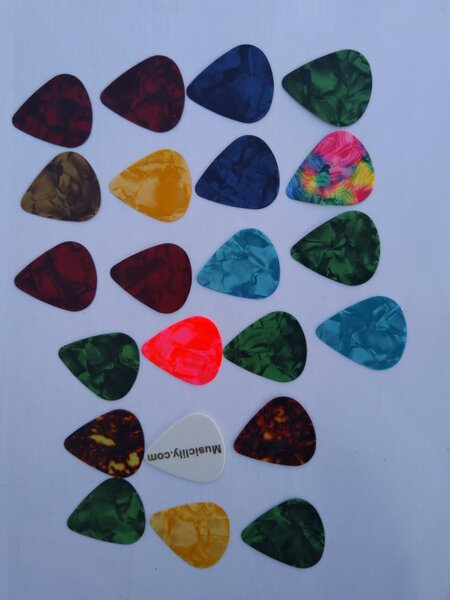 Used guitar picks in Dubai, UAE