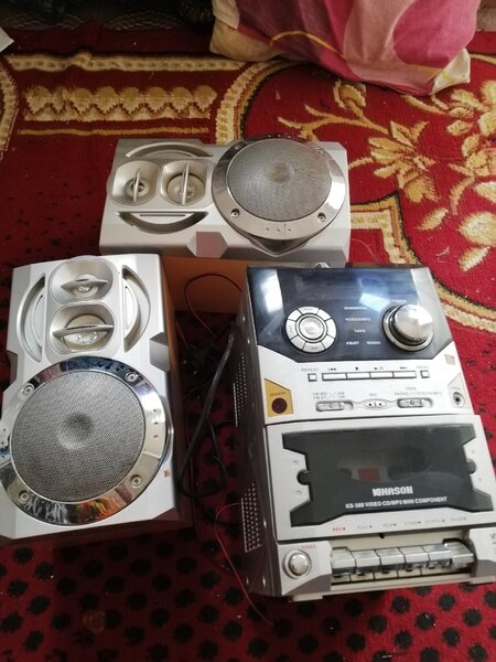 Used Two speakers and one deck. in Dubai, UAE