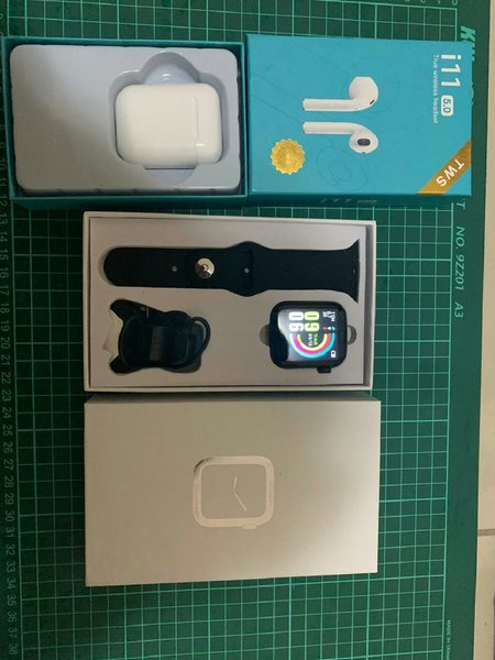 Used W5 smart watch with free airpods in Dubai, UAE