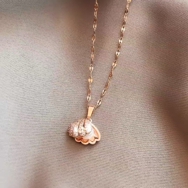 Used Shell pearl necklace in Dubai, UAE