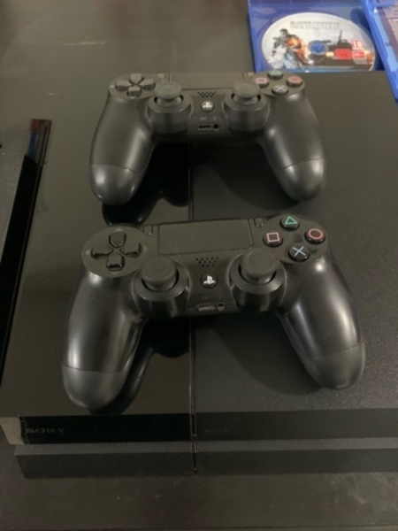 Used PS4 500 GB w/2 controllers and free game in Dubai, UAE