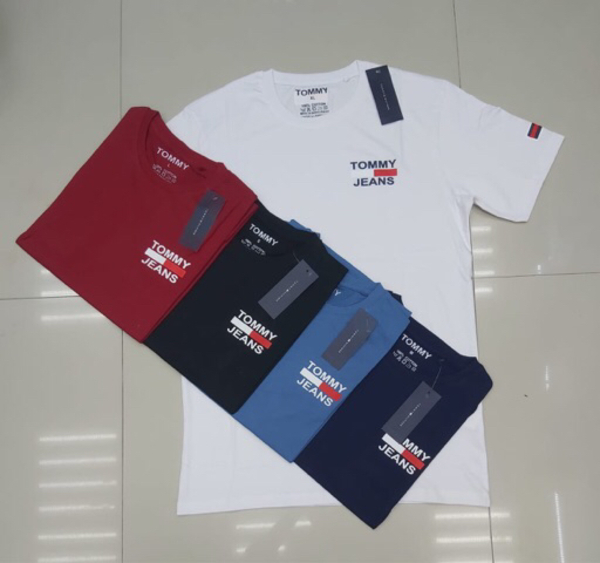 Used T-shirt tommy medium 5 pcs in Dubai, UAE