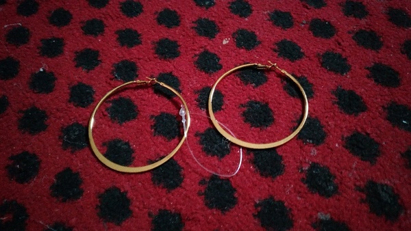 Used , beautiful round earring in Dubai, UAE