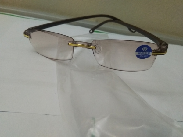 Used smart zoom reading glasses brown. in Dubai, UAE